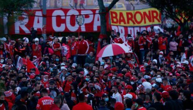 Hinchas no acataron restricciones en Cali y Bogotá por la final del fútbol colombiano